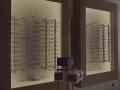Óptica Egüés - Interior de la  tienda: paneles expositores de gafas